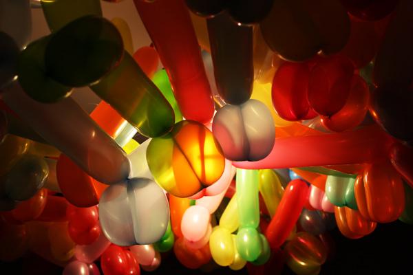 由Dominic Wilcox的气球天仙枝形吊灯万博bet